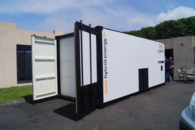 groupe électrogène hybride en conteneur côté dans un centre de recyclage